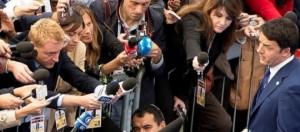 Legge Stabilità 2015, riforma pensioni, Tfr, bonus Irpef: ultime notizie e nuovi commenti. Nella foto flickr palazzo chigi il premier Matteo Renzi si intrattiene con i giornalisti