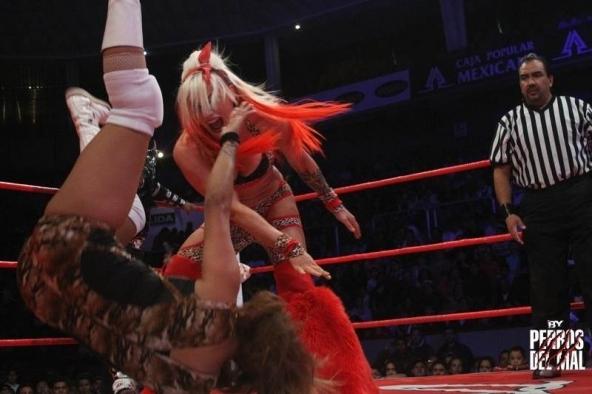 Taya quiere la cabellera de Faby Apache