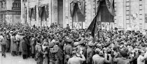 Una multitud aclama a la XI Brigada Internacional