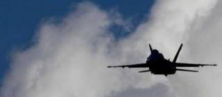 Un aereo in volo contro le postazioni jihadiste
