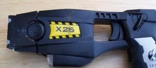 La pistola Taser che scarica corrente elettrica