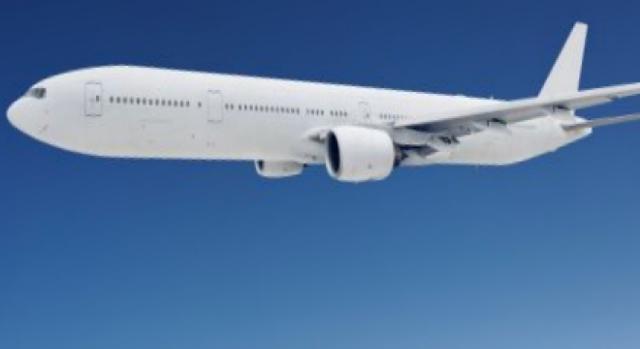 Un aereo si alza in volo dopo il decollo