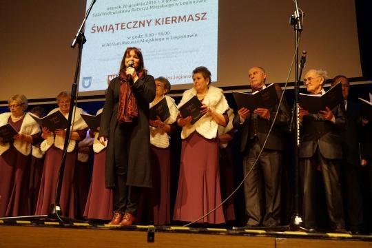 Chór Młodzież 50+ pod batutą Marty Pniewskiej-Przygodzkiej podczas koncertu.
