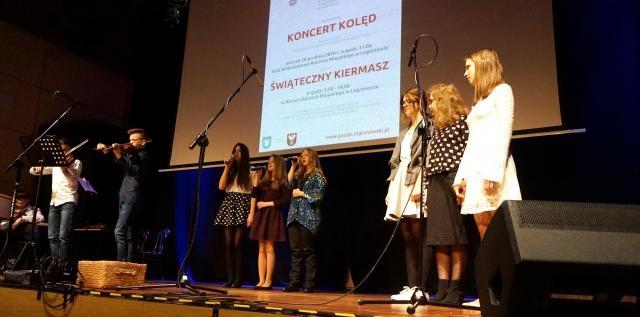 Koncert Kolęd uczniowie Europejskiego Gimnazjum Językowego w Legionowie na scenie.