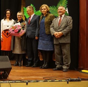 Zarząd fundacji w towarzystwie uhonorowanej statuetką