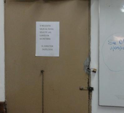 La puerta de la sala de profesores con un candado