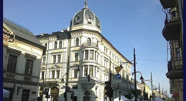 Z Petrykauer-Straße 15 było blisko do głównych ośrodków miasta, jak Dom Bankowy Wilhelma Landaua.