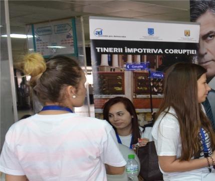 Tineri în Pasajul Universității la acțiuni preventive anticorupție