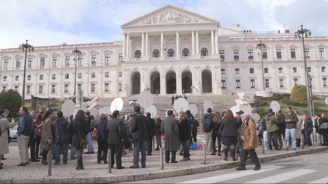Manifestação contra a eutanásia em frente ao Parlamento.