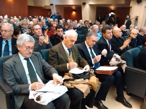 Un momento dell'assemblea: D'Alema con Alessandro Pace, Enrico Rossi e Arturo Scotto