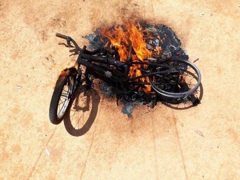 Além da bicicleta criança teve outros brinquedos queimados