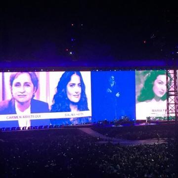 Un homenaje a las mujeres del mundo durante la canción Ultraviolet