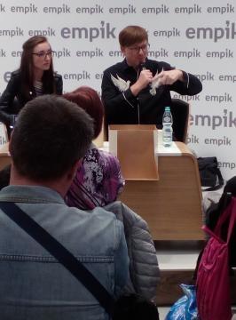 Spotkanie z Alkiem Rogozińskim prowadziła Widleta Magdalena Umecka (fot. Krzysztof Krzak)