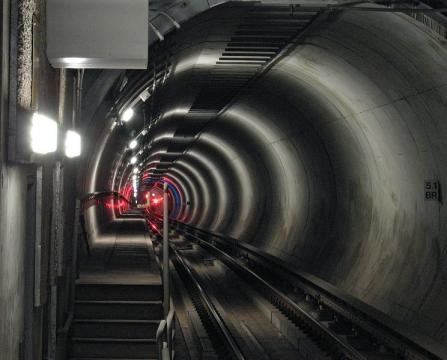 Subway train red lights in tunnel of Los Angeles Metro (Image credit – Downtowngal – Wikimedia Commons)