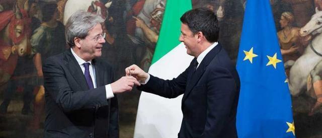 Lo scambio della campanella tra Renzi e Gentiloni
