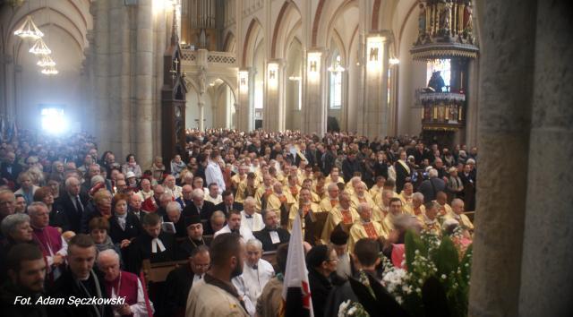 Do bazyliki archikatedralnej przybyli licznie zgromadzeni wierni (fot. Adam Sęczkowski)