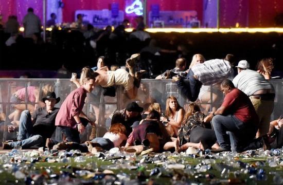 Konzertbesucher in der Paniksuche nach dem Schutz vor Schüssen (Foto: Schweizer Illustrierte)