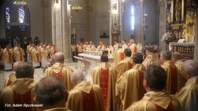 Na chwilę przed przeistoczeniem - przemianą chleba i wina w Ciało i Krew Chrystusa (fot. Adam Sęczkowski)
