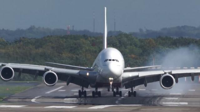 În imagini este surprins momentul terifiant al aterizării uriașului AIRBUS A380 care face drifturi pe pistă - Foto: Daily Mail