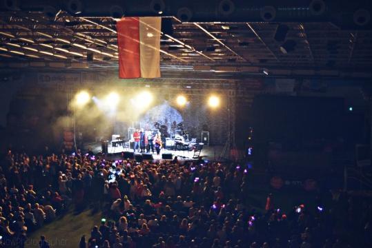 Widok na scenę z perspektywy trybun - Hala Gryfia, Słupsk 6.10.2017 r. Zdjęcia dla Blasting News wykonała: Natalia Hołowaty