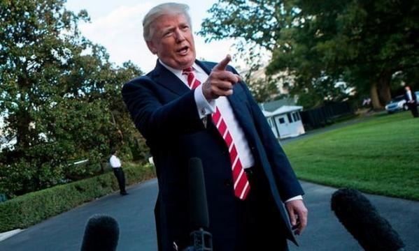 Donald Trump vorbește cu reporterii pe peluza de la Casa Albă - Photo: theguardian.com ( Alex Edelman/AFP/Getty Images)