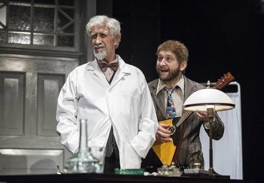 Krzysztof Wakuliński i Borys Szyc w 'Psim sercu' w Teatrze Współczesnym w Warszawie (fot. Magda Hueckela)