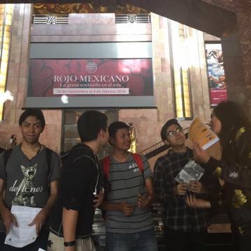 Jóvenes que llegaron al evento cancelado sin previo aviso