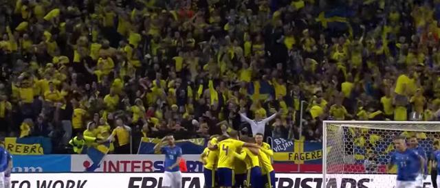 Tifosi della Svezia in festa dopo l'1-0 contro l'Italia