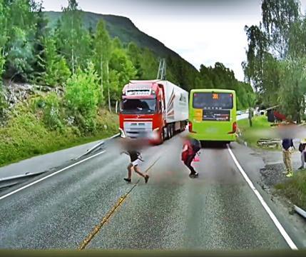 Noruega: caminhoneiro por muito pouco não atingiu o menino