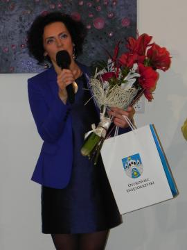 Lucyna Gozdek podczas wernisażu w BWA w Ostrowcu Świętokrzyskim (fot. Krzysztof Krzak)