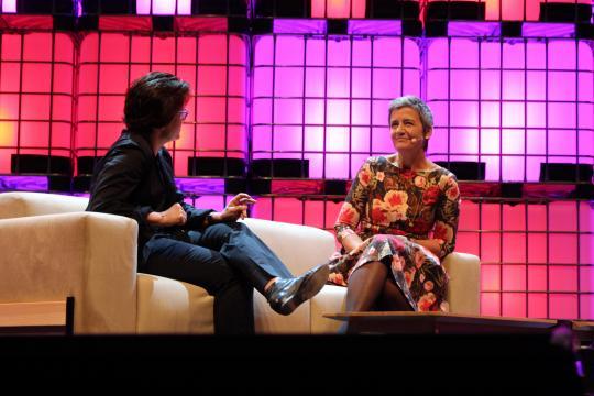 Kara Swisher, Editora Executiva da Recode, e Margrethe Vestager, Comissária Europeia da UE para a Concorrência