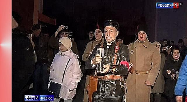 Komuniści w Sewastopolu, znowu rekonstrukcja; czerwony komisarz na czele, za nim jego idioci (YouTube screenshot)