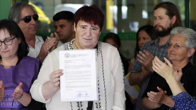 Ascensión López muestra el documento judicial que la condena a cárcel por denunciar a quienes le robaron de su auténtica madre.