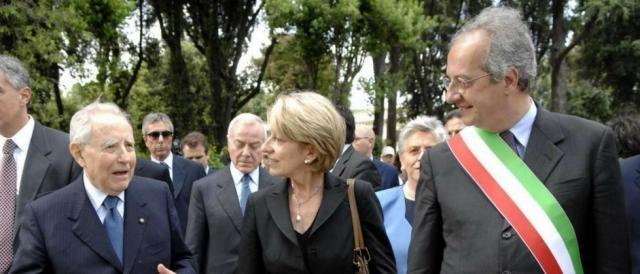 L'ex Capo dello Stato Ciampi, in compagnia dell'allora sindaco di Roma Veltroni