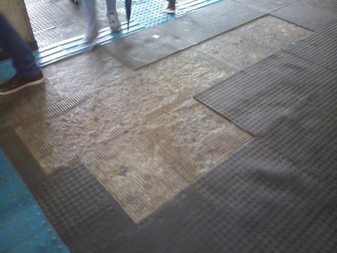 Fotos da área interna da estação de Guaianases: Pisos deteriorados.