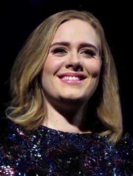 Adele tem sido aplaudida pela a educação de Angelo