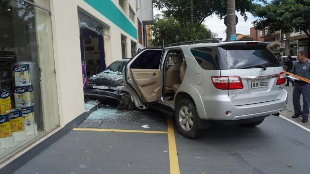 Roubo a carro acaba com acidente de trânsito e prisão. Fotos: Luiz Henrique Costa Alves