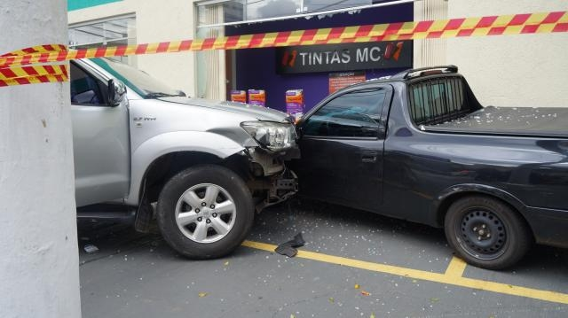 Roubo a carro acaba com acidente de trânsito e prisão. Hilux colidiu com Celta Pick Up em frente à loja de tintas. Fotos: Luiz Henrique Costa Alves