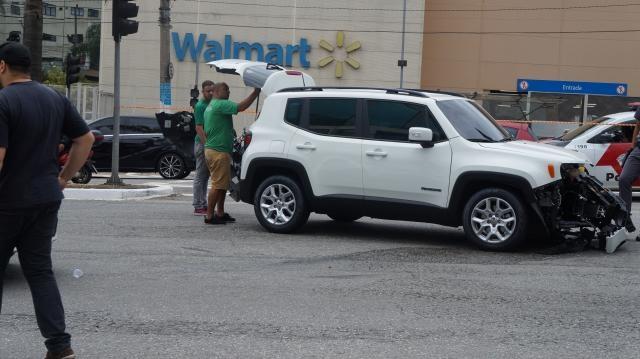 Veículo atingido durante a perseguição no estacionamento do Walmart. Proprietário confere seu estado. . Fotos: Luiz Henrique Costa Alves