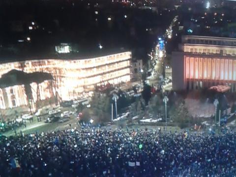 manifestații de stradă în fața sediului guvernului