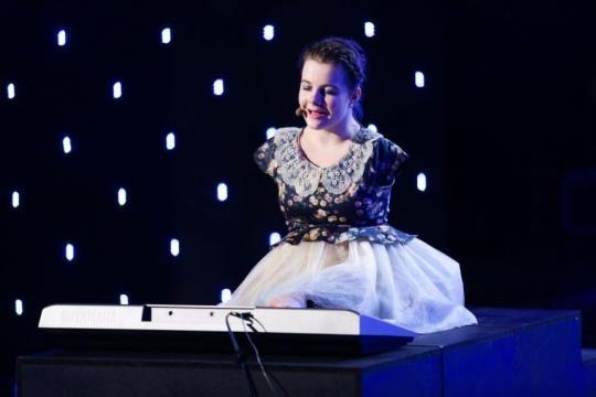 Lorelai Moşneguţu, o adolescentă fără mâini,...   News.ro - news.ro