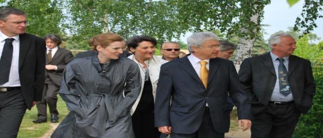 Marc Joulaud (à gauche) en compagnie de Nathalie Kosciusko-Morizet lors d'une visite à Saint-Georges-du-Bois le 10 mai 2010