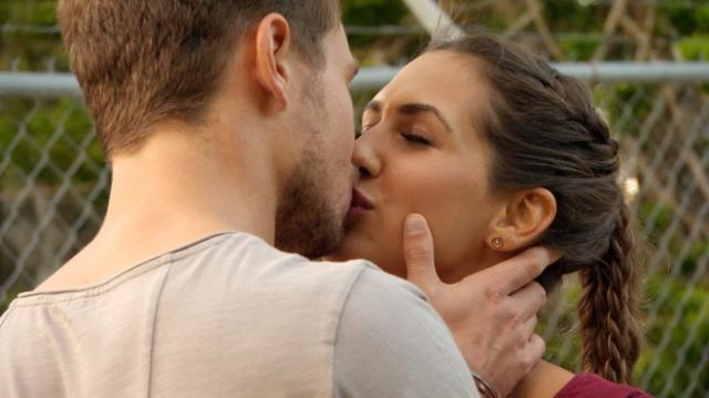 Bei Sebastians Eltern küssen sich die beiden