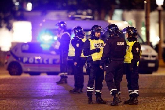 Tiroteio em Paris mata dois polícias e fere gravemente um terceiro agente.