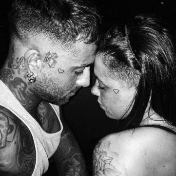 A tatuagem de um coração une o casal de namorados.