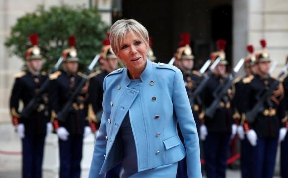 Brigitte, moglie di Macron, in fronte all'Eliseo