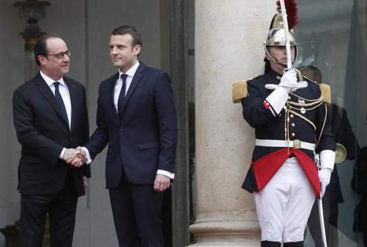 Cambio della guardia fra Hollande e Macron oggi all'Eliseo