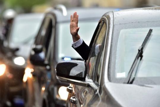 Emmanuel Macron saluta il pubblico
