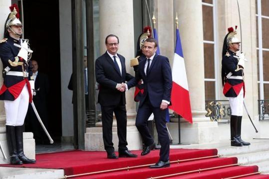 Stretta di mano fra Hollande e Macron