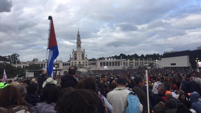 Milhares de peregrinos em Fátima acolhem o Papa Francisco